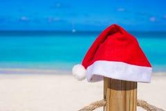 Sombrero de Papá Noel del primer en la cerca en la playa tropical Imagen de archivo