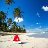 Sombrero de Papá Noel en la playa del Caribe Imagen de archivo
