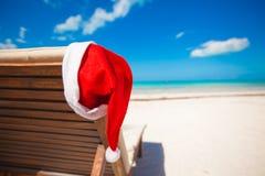 Sombrero de Papá Noel en longue de la silla en el Caribe tropical Imágenes de archivo libres de regalías