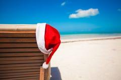 Sombrero de Papá Noel en longue de la silla en el Caribe tropical Imagen de archivo
