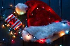 Sombrero de Papá Noel, rama de árbol de abeto con la decoración Imagen de archivo