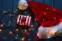 Sombrero de Papá Noel, rama de árbol de abeto con la decoración Imágenes de archivo libres de regalías
