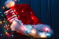 Sombrero de Papá Noel, rama de árbol de abeto con la decoración Fotografía de archivo