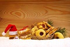 Sombrero de Papá Noel y galletas de la Navidad Foto de archivo