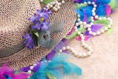 Sombrero de Pascua con las perlas y la boa Foto de archivo libre de regalías