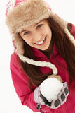 Sombrero de piel de la bola de nieve de la explotación agrícola del adolescente que desgasta Foto de archivo