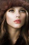 Sombrero de piel de la mujer que desgasta joven Imagen de archivo libre de regalías