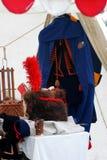 Sombrero de piel militar del vintage adornado por el penacho rojo y la capa azul Fotos de archivo