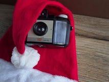 Sombrero de Santa Claus con la cámara foto de archivo