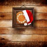 Sombrero de Santa Claus el la noche del Año Nuevo Foto de archivo libre de regalías