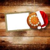 Sombrero de Santa Claus el la noche del Año Nuevo en el reloj viejo Fotografía de archivo libre de regalías