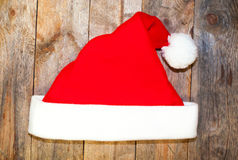Sombrero de Santa Claus en un de madera Fotografía de archivo