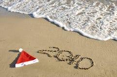Sombrero de Santa con Año Nuevo en la arena. Foto de archivo libre de regalías