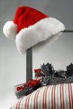 Sombrero de Santa en una silla Foto de archivo libre de regalías