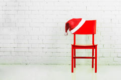 Sombrero de Santa en una silla Imágenes de archivo libres de regalías
