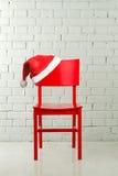 Sombrero de Santa en una silla Imagen de archivo