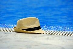 Sombrero de Sun al borde de la piscina Imagen de archivo libre de regalías