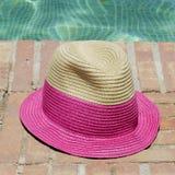 Sombrero de Sun en el borde de una piscina Foto de archivo libre de regalías