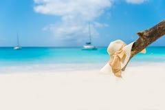 Sombrero de Sun en la playa hermosa - relajándose en sol imágenes de archivo libres de regalías