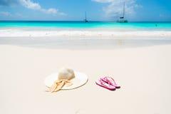 Sombrero de Sun en la playa hermosa - relajándose en sol imagen de archivo