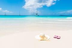 Sombrero de Sun en la playa hermosa - relajándose en sol imagenes de archivo