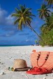Sombrero de Traw, bolso, vidrios de sol y chancletas en la playa Foto de archivo