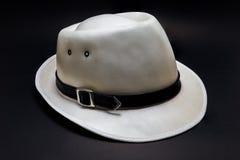 Sombrero de vaquero blanco en fondo negro Imagenes de archivo