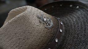 Sombrero de vaquero con un logotipo del ancla almacen de metraje de vídeo