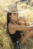 Sombrero de vaquero de la paja de la mujer que desgasta joven. imagenes de archivo