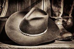 Sombrero de vaquero del oeste americano del rodeo y cargadores del programa inicial occidentales Imagen de archivo