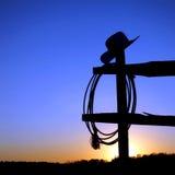 Sombrero de vaquero del rodeo y lazo del oeste americanos en la cerca