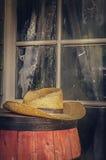 Sombrero de vaquero en barril de cerveza fuera del salón Fotografía de archivo