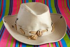 Sombrero de vaquero en la estera de la playa Foto de archivo libre de regalías