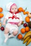 Sombrero del cocinero de la muchacha del cocinero del bebé que lleva con las frutas frescas Imagenes de archivo
