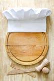 Sombrero del cocinero en concepto de la comida del extracto de la tabla de cortar Fotos de archivo