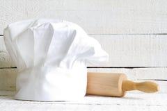 Sombrero del cocinero y extracto de madera de la comida del artículos de cocina Imagenes de archivo