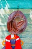 Sombrero del cuero de Brown y chaleco salvavidas anaranjado Fotografía de archivo libre de regalías