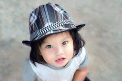 Sombrero del desgaste de la muchacha Foto de archivo libre de regalías