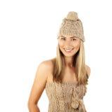 Sombrero del invierno de la mujer que desgasta bonita Imágenes de archivo libres de regalías