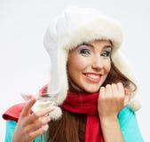 Sombrero del invierno y bufanda roja en mujer feliz joven Imagen de archivo