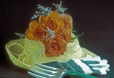 Sombrero del jardín, rosas, guantes Imagen de archivo libre de regalías