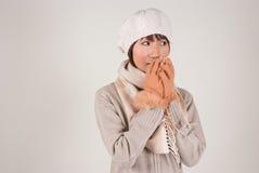 Sombrero del knit de la mujer que desgasta joven Foto de archivo libre de regalías