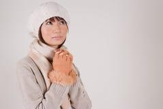 Sombrero del knit de la mujer que desgasta joven Imagen de archivo libre de regalías