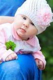 Sombrero del Knit del bebé que desgasta con la flor rosada Fotografía de archivo libre de regalías