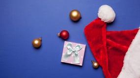 Sombrero del regalo y de Santa Claus con las chucherías Imágenes de archivo libres de regalías