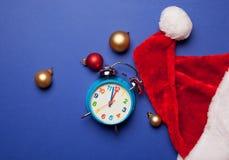 Sombrero del reloj y de Santa Claus Imágenes de archivo libres de regalías