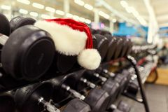 Sombrero del ` s de Papá Noel en el gimnasio Imagenes de archivo