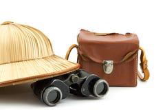 Sombrero del safari, bolso de la cámara del vintage y prismáticos Fotografía de archivo