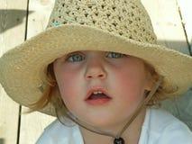 Sombrero del sol de la muchacha que desgasta Fotografía de archivo libre de regalías