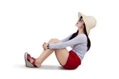 Sombrero del sol de la mujer que lleva hermosa aislado Imagen de archivo libre de regalías